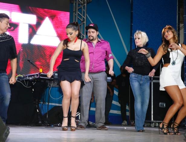 06.ago.2014- David Brazil, Anitta, Tiago Abravanel, Ana Maria Braga e Carol Sampaio se divertem no palco do Baile da Favorita