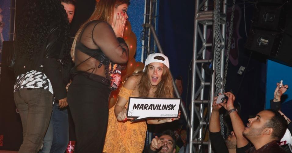06.ago.2014-  De boné, Carolina Dieckmann se solta ao lado de Preta Gil no palco