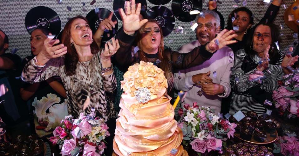 06.ago.2014- Preta Gil canta parabéns ao lado da família para celebrar seus 40 anos