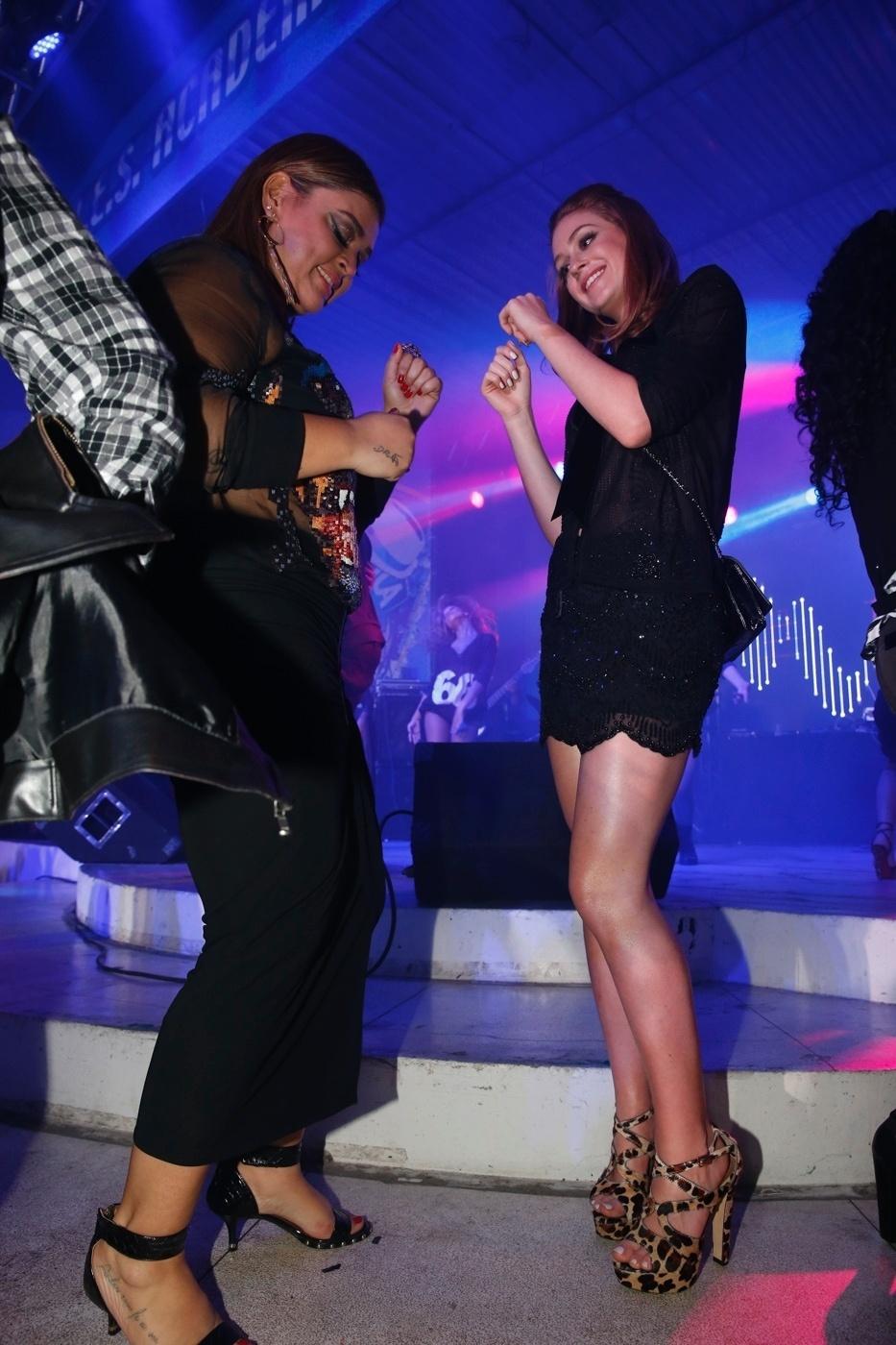 06.ago.2014- Preta Gil e Marina Ruy Barbosa se divertem ao som de funk