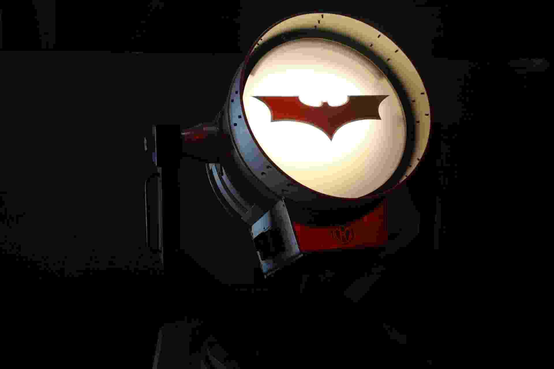 1º.ago.2014 - Batsinal decora ambiente chamado de Batcaverna; locação está no roteiro da Warner Bros. VIP Studio Tour, na Califórnia, que celebra os 75 anos de Batman - Emerson Rodrigues/UOL