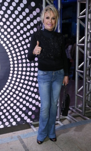 """7.ago.2014 - A apresentadora Ana Maria Braga também prestigia o aniversário de 40 anos da cantora Preta Gil no baile """"A Favorita"""", na quadra da Rocinha, no Rio de Janeiro, nesta quinta-feira"""