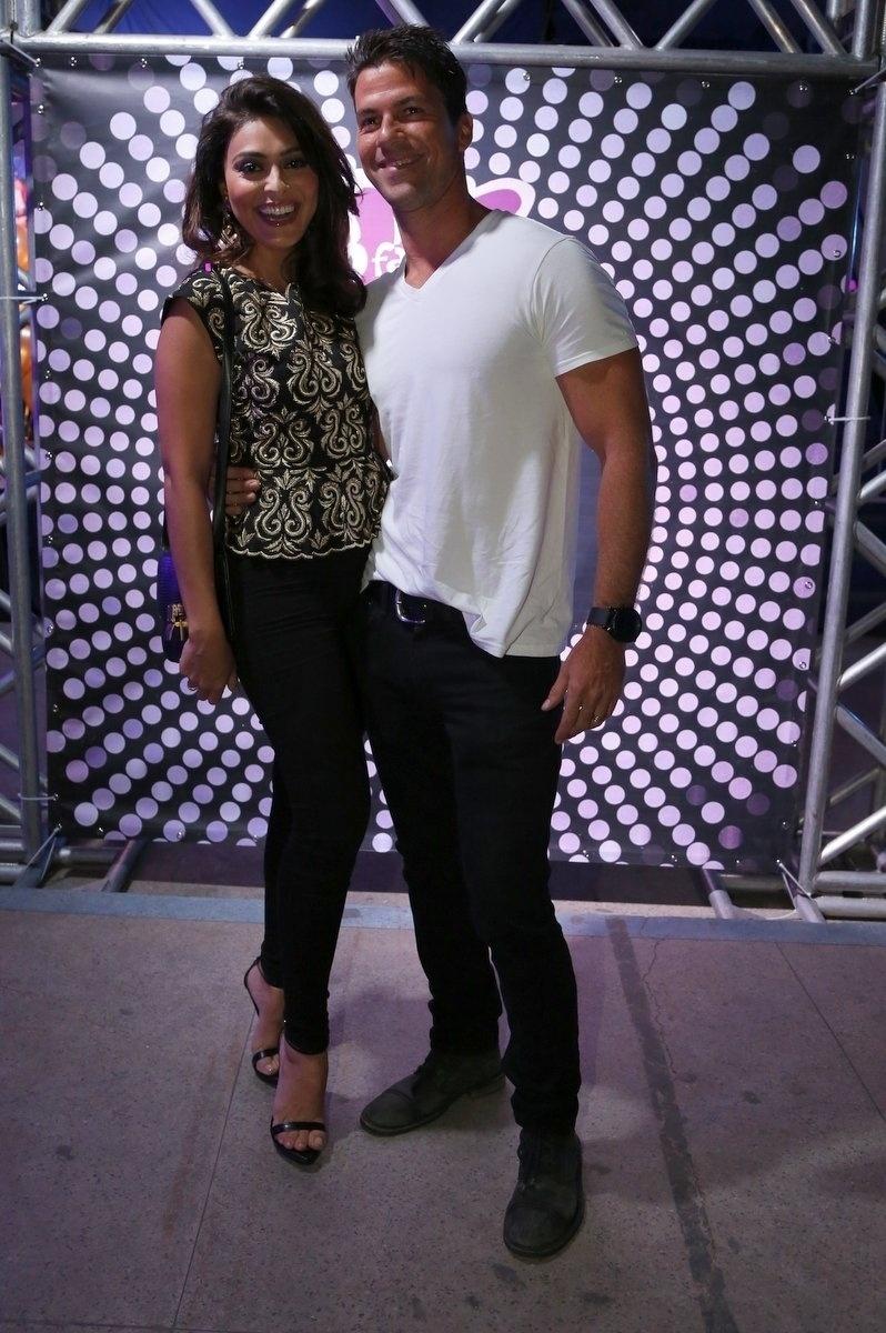 7.ago.2014 - A atriz Juliana Paes vai ao aniversário de 40 anos da cantora Preta Gil acompanhada do marido, Carlos Eduardo Baptista, no baile