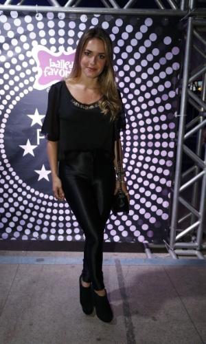 """7.ago.2014 - A atriz Monique Alfradique posa para os fotógrafos no aniversário de 40 anos da cantora Preta Gil no baile """"A Favorita"""", na quadra da Rocinha, no Rio de Janeiro, nesta quinta-feira"""