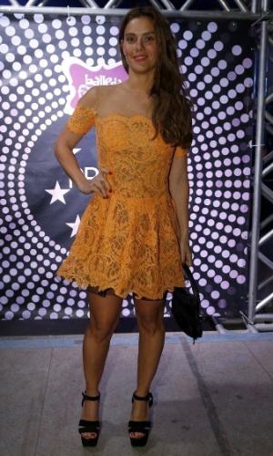 """7.ago.2014 - Carolina Dieckmann usou um vestido da estilista Lethicia Bronstein no aniversário de 40 anos da cantora Preta Gil no baile """"A Favorita"""", na quadra da Rocinha, no Rio de Janeiro, nesta quinta-feira"""