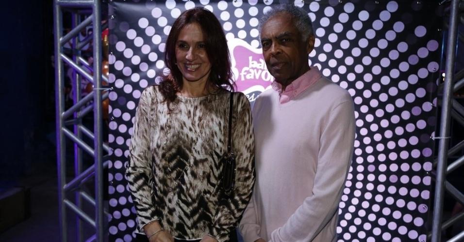 """7.ago.2014 - O cantor Gilberto Gil chega ao aniversário de 40 anos da filha Preta Gil, ao lado da mulher, Flora Gil, no baile """"A Favorita"""", na quadra da Rocinha, no Rio de Janeiro, nesta quinta-feira"""