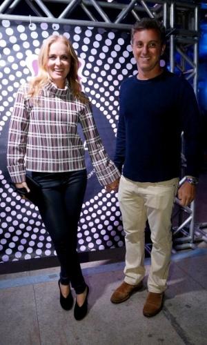 """7.ago.2014 - O casal de apresentadores Angélica e Luciano Huck chega junto ao aniversário de 40 anos da cantora Preta Gil no baile """"A Favorita"""", na quadra da Rocinha, no Rio de Janeiro, nesta quinta-feira"""