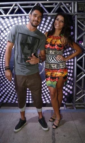 """7.ago.2014 - O casal de ex-BBBs Diego e Francielle prestigia o aniversário de 40 anos da cantora Preta Gil no baile """"A Favorita"""", na quadra da Rocinha, no Rio de Janeiro, nesta quinta-feira"""
