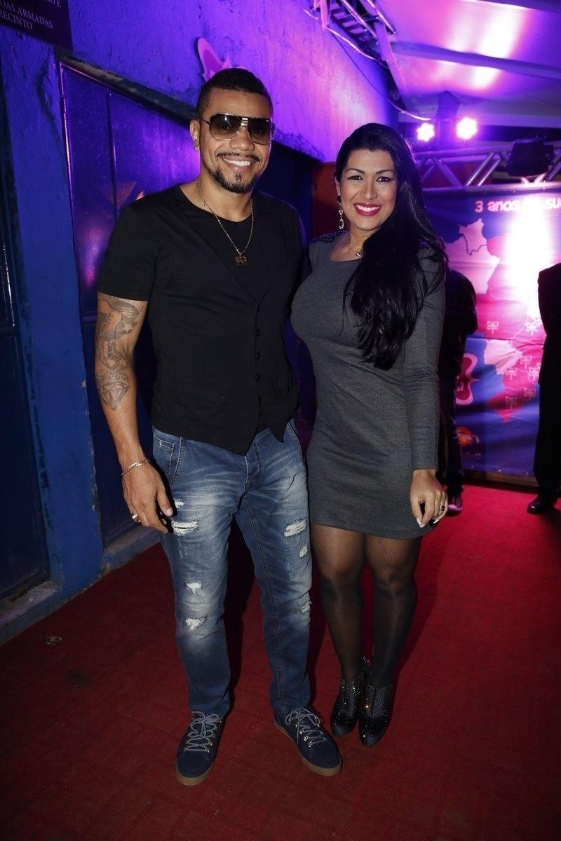 7.ago.2014 - O funkeiro Naldo leva sua mulher, Ellen Cardoso, ao aniversário de 40 anos da cantora Preta Gil no baile