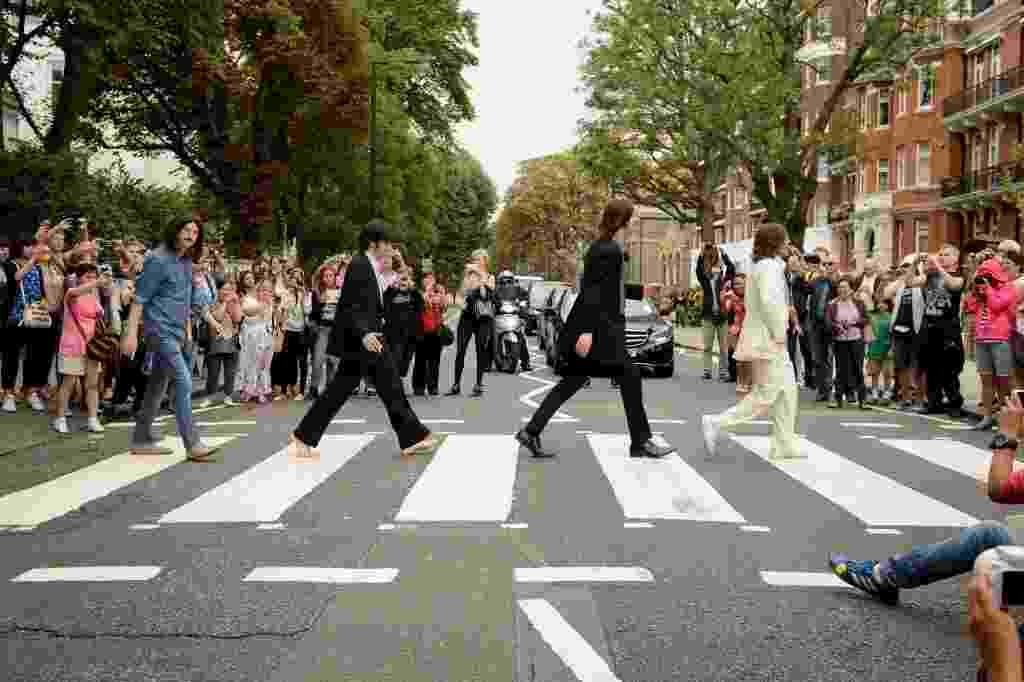 """8.ago.2014 - 45 anos depois. atores do musical """"Let it Be"""" recriaram nesta sexta-feira (8), em Londres, a icônica capa do disco """"Abbey Road"""" - Leon Neal/AFP Photo"""
