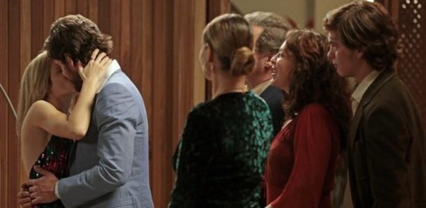 Rafael (Marco Pigossi) volta atrás e assume compromisso com Vitória (Bianca Bin)