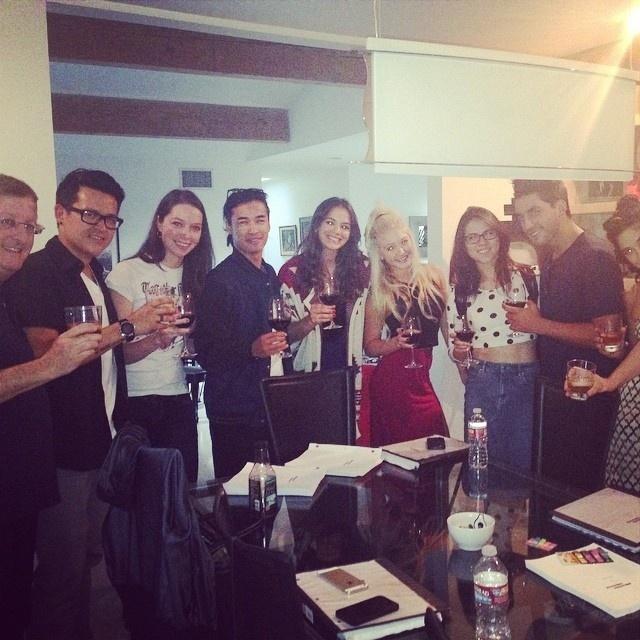 8.ago.2014- Bruna Marquezine faz leitura dos textos com a equipe do filme e brinda pelo sucesso da produção