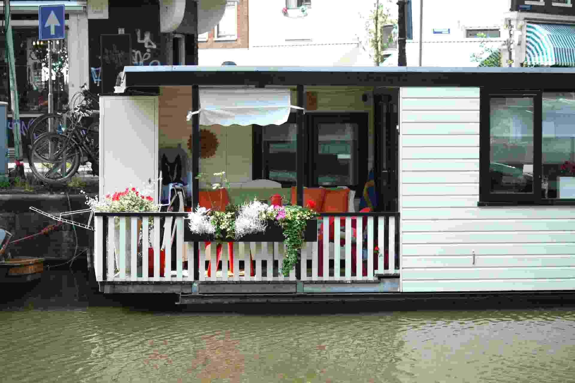 AMSTERDÃ (HOLANDA): Com apenas um quarto, esta casa flutuante está localizada no canal de um dos lugares mais legais de Amsterdã, o bairro de Jordaan, recheado de bons restaurantes, café e ateliês. O local acomoda até três pessoas e oferece living room e cozinha. - Divulgação/TripAdvisor
