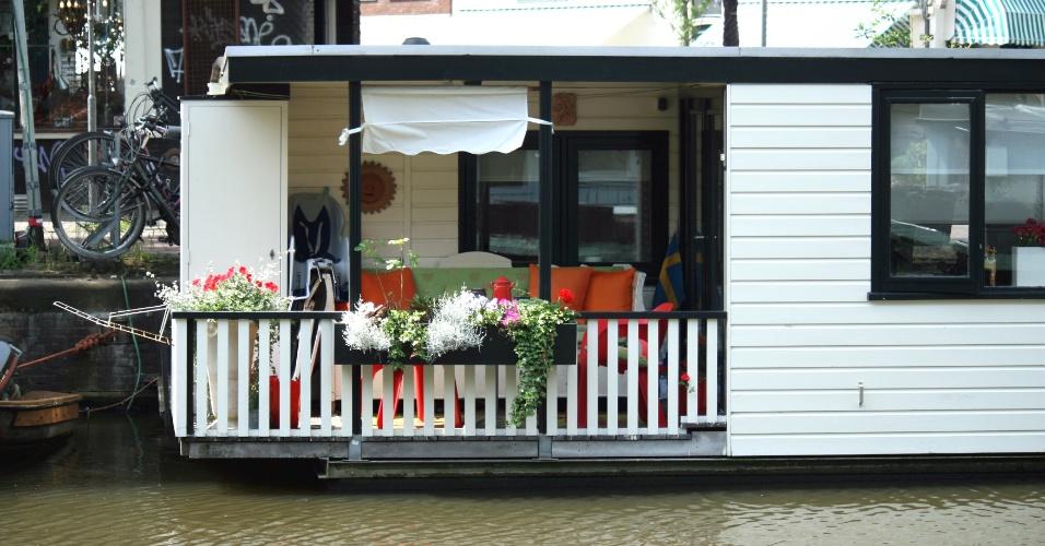 AMSTERDÃ (HOLANDA): Com apenas um quarto, esta casa flutuante está localizada no canal de um dos lugares mais legais de Amsterdã, o bairro de Jordaan, recheado de bons restaurantes, café e ateliês. O local acomoda até três pessoas e oferece living room e cozinha.