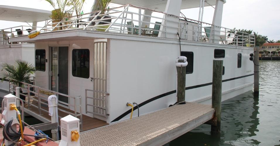FORT LAUDERDALE (EUA): Esta casa flutuante localizada nas água de Fort Lauderdale, no Estado norte-americano da Flórida, tem três quartos, cozinha totalmente equipada e um amplo deque, onde os hóspedes podem tomar sol e comer. Diárias a partir de US$ 225. Para saber como alugar, acesse: www.tripadvisor.com/5019854