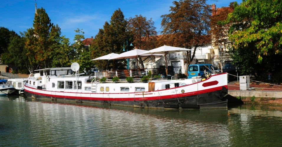 MONTAUBAN (FRANÇA): A casa flutuante Easyvie está situada em um canal entre as cidades de Montauban e Valende d'Agen, no sudoeste da França.