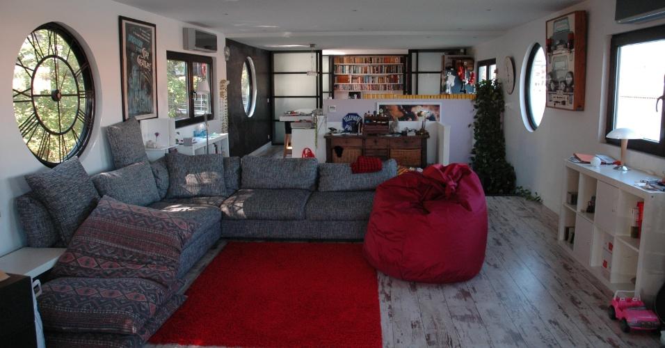 PARIS (FRANÇA): Localizada no rio Sena, em Paris, a casa flutuante Devolu tem quatro quartos, uma sala espaçosa e terraço para jantares ao ar livre. Diárias a partir de US$ 408 no TripAdvisor