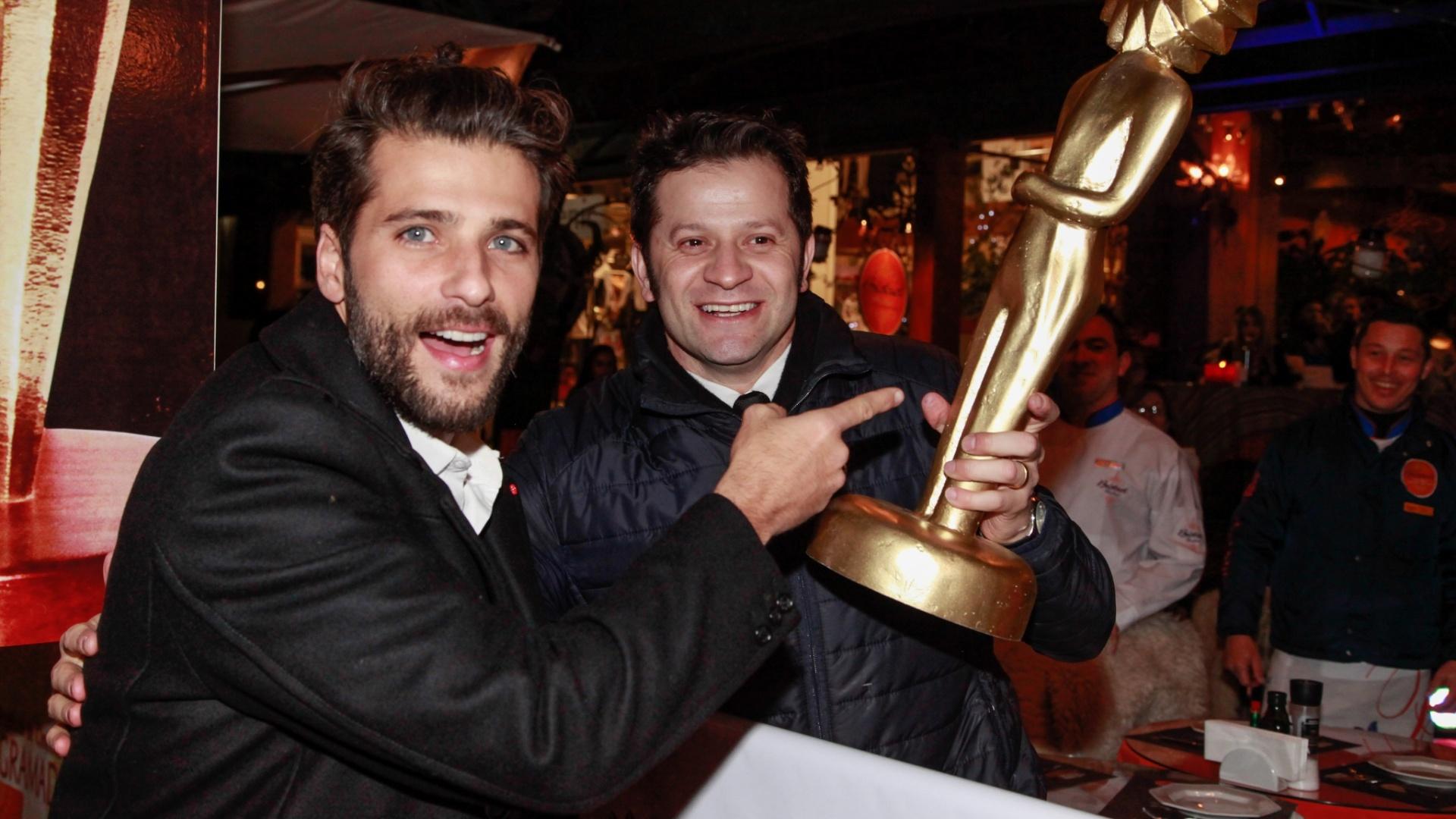 8.ago.2014 - Bruno Gagliasso se diverte segurando um Kikito gigante no tapete vermelho da abertura do 42° Festival de Cinema de Gramado, no Rio Grande do Sul, na noite desta sexta-feira
