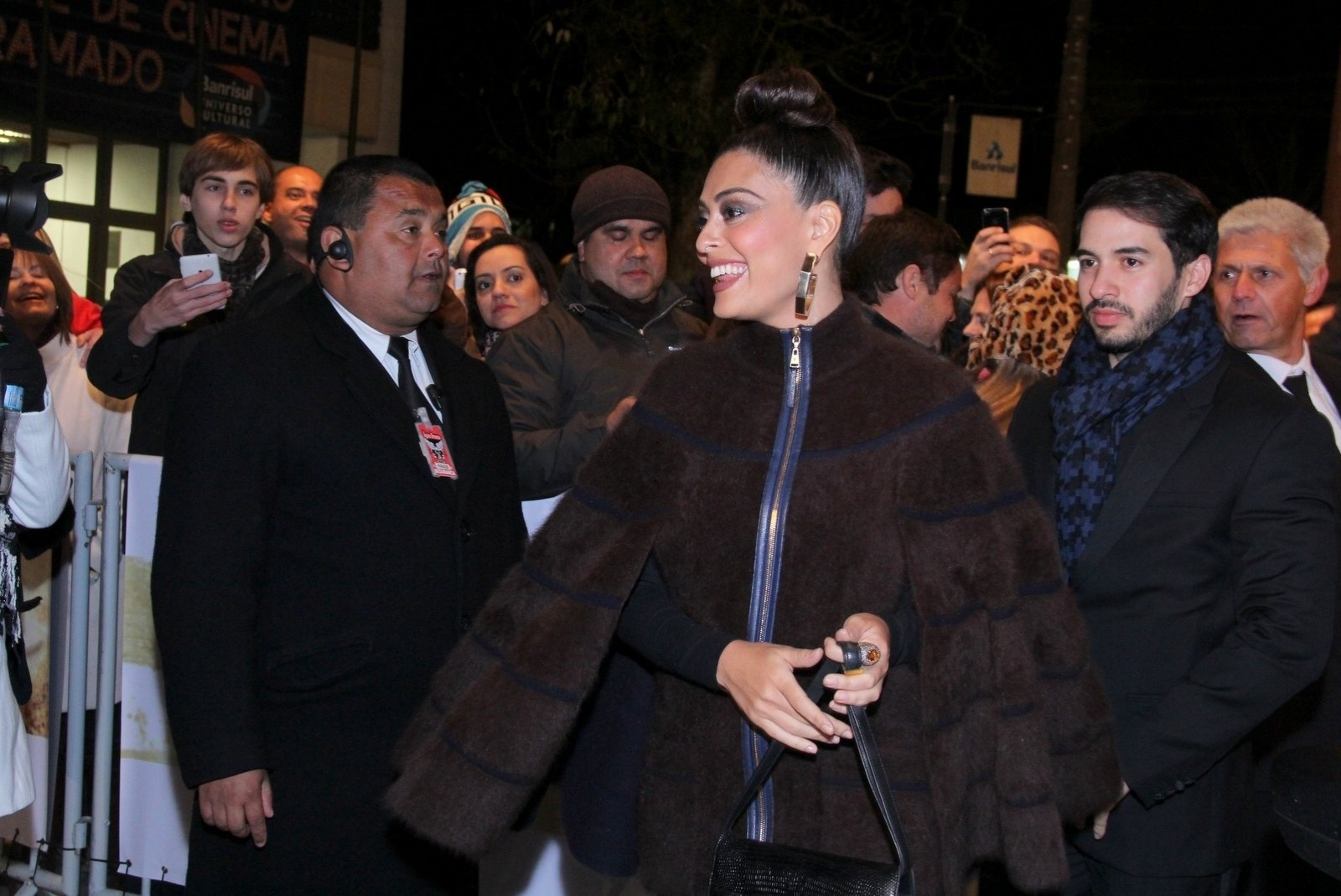 8.ago.2014 - Juliana Paes encanta a plateia do tapete vermelho da abertura do 42° Festival de Cinema de Gramado, no Rio Grande do Sul, na noite desta sexta-feira