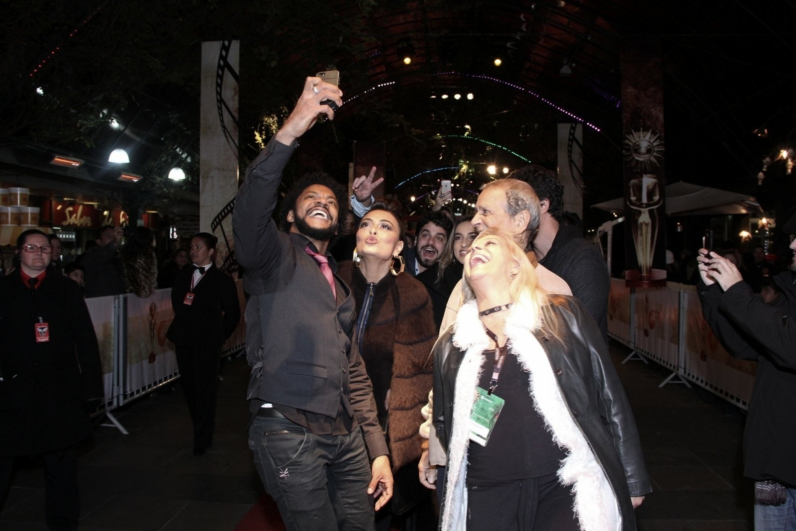 8.ago.2014 - Juliana Paes faz uma selfie ao lado de atores e produtores no tapete vermelho da abertura do 42° Festival de Cinema de Gramado, no Rio Grande do Sul, na noite desta sexta-feira