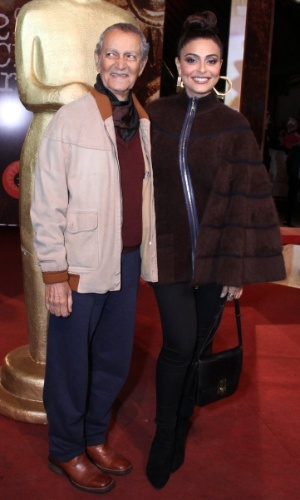 8.ago.2014 - Nelson Xavier e Juliana Paes se unem no tapete vermelho da abertura do 42° Festival de Cinema de Gramado, no Rio Grande do Sul, na noite desta sexta-feira
