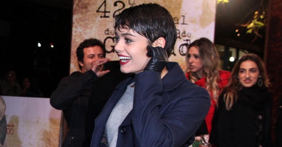 8.ago.2014 - Sophie Charlotte desfila pelo tapete vermelho na abertura do 42° Festival de Cinema de Gramado, no Rio Grande do Sul, na noite desta sexta-feira