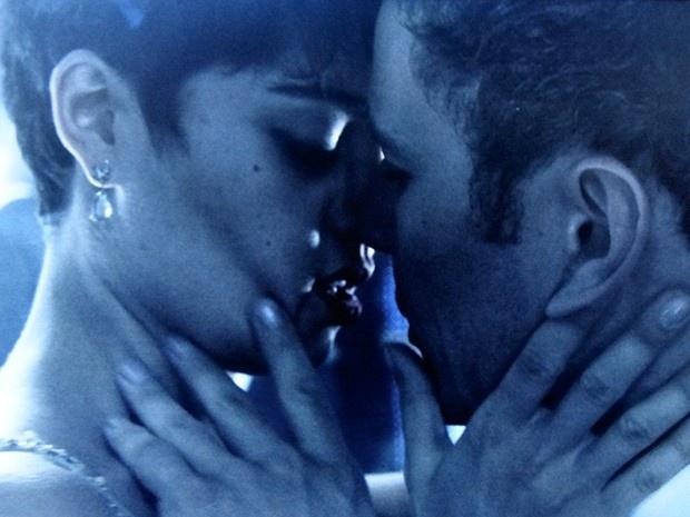 9.ago.2014 - Duda (Sophie Charlotte) se pega com Bruno (Daniel de Oliveira) na pista de dança durante a festa