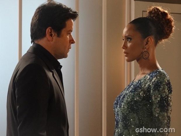 9.ago.2014 - Nervosa na estreia como apresentadora, Verônica (Taís Araújo) esbarra em Jonas (Murilo Benício) e rola um clima