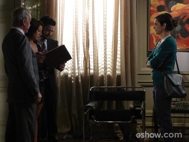Cora (Drica Moraes) enfrenta filhos de José Alfredo (Alexandre Nero) com álbum de recortes e diz que Cristina (Leandra Leal) também será herdeira do Império