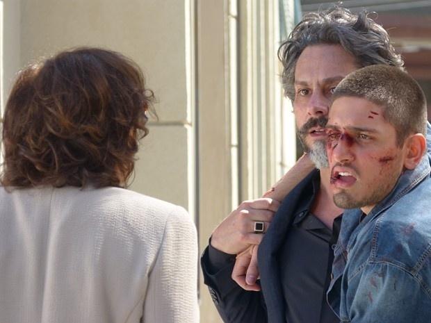 Depois de levar uma surra de bandidos, João Lucas (Daniel Rocha) não aceita ajuda da mãe, Maria Marta (Lilia Cabral), e a xinga em público: