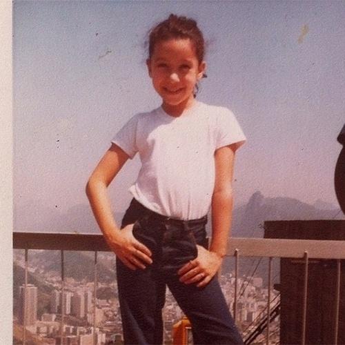 """Patrícia Marx aos sete anos. """"Minha primeira vez no RJ..Já fazia pose...Rs"""", escreveu"""