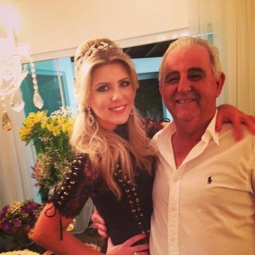 """10.ago.2014 - A apresentadora Iris Stefanelli faz uma homenagem ao pai no Instagram e brinca """"E aquele presente que o Sr quer calma aí, só falta achar minha alma gêmea""""."""