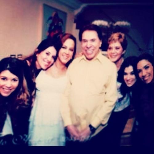 """10.ago.2014 - A diretora Silvia Abravanel postou uma foto em homenagem ao Dia dos Pais com Silvio Santos e suas irmãs e diz """"Não basta ser o chefe da família,tem que saber rege-la""""."""