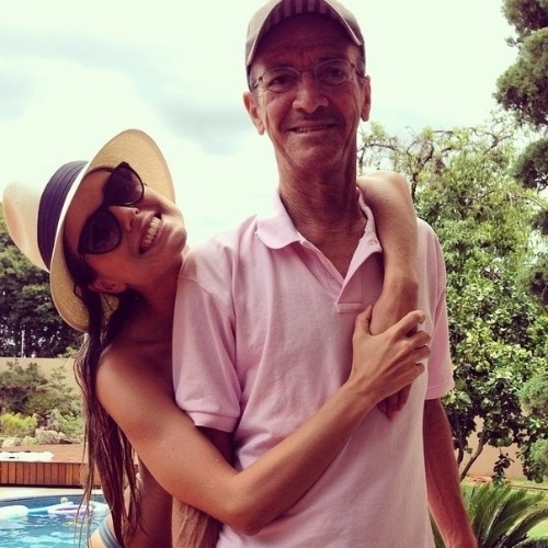 """10.ago.2014 - A ex-BBB Flavia Viana postou uma foto abraçando o pai: """"Paizão, eu te amo"""""""