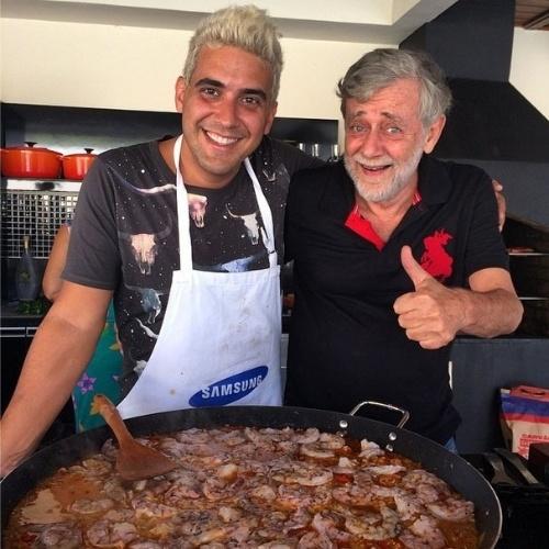 """10.ago.2014 - André Marques postou uma foto deste domingo, enquanto preparava o almoço de Dia dos Pais. """"Fazendo o almoço para meu pai!!! O olho AZUL não dei sorte!!! FELIZ DIA DOS PAIS PARA TODOS!!!"""", escreveu o ator e apresentador"""