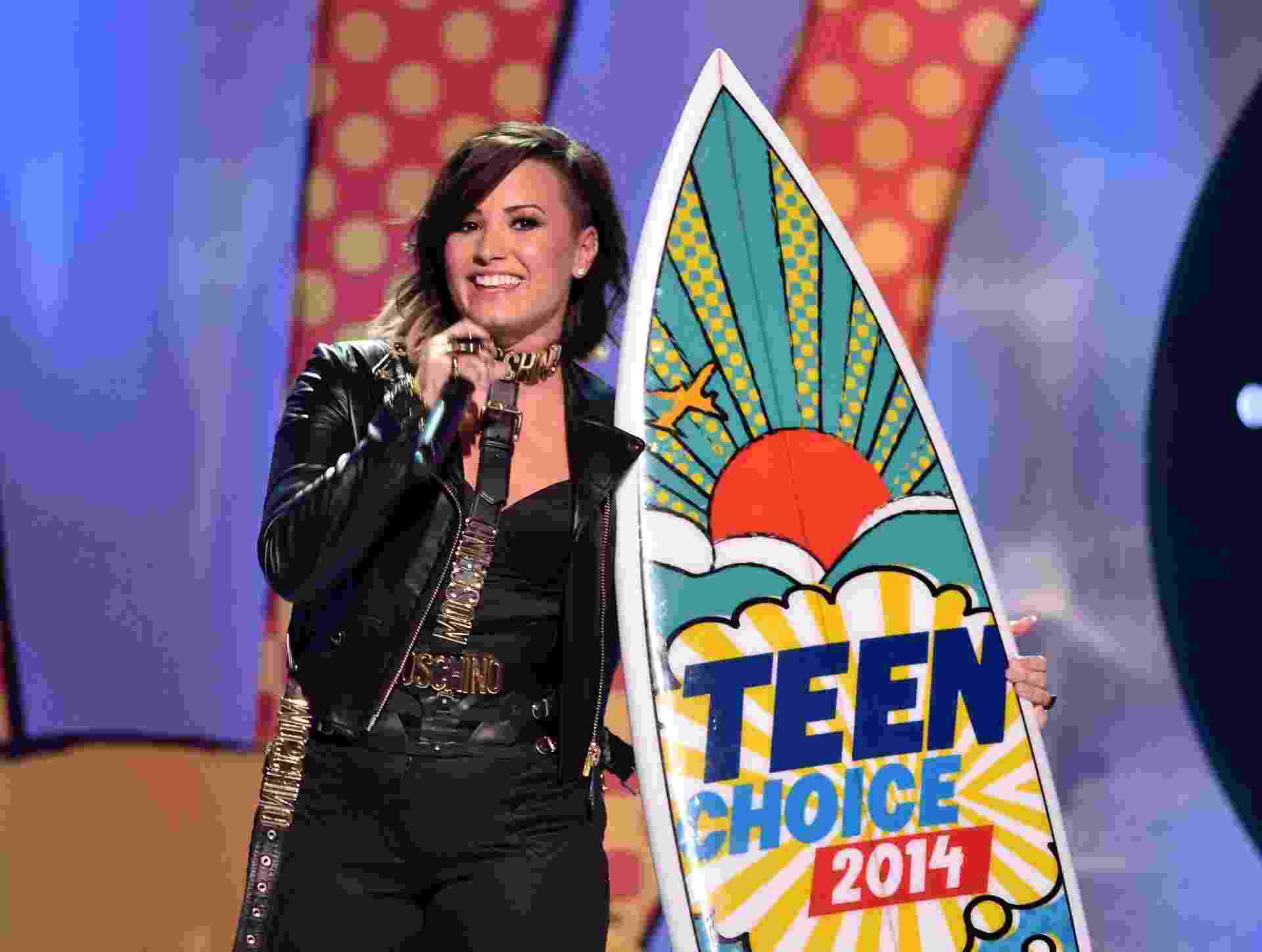 10.ago.2014 - Demi Lovato leva prêmio no Teen Choice Awards, onde também se apresentou na noite deste domingo - Kevin Winter/Getty Images/AFP