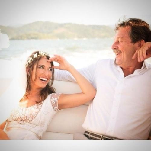 """10.ago.2014 - Giselle Itié escolheu uma foto vestida de noiva ao lado do pai para homenageá-lo no Dia dos Pais: """"Siempre Contigo"""", escreveu a atriz nascida no México"""