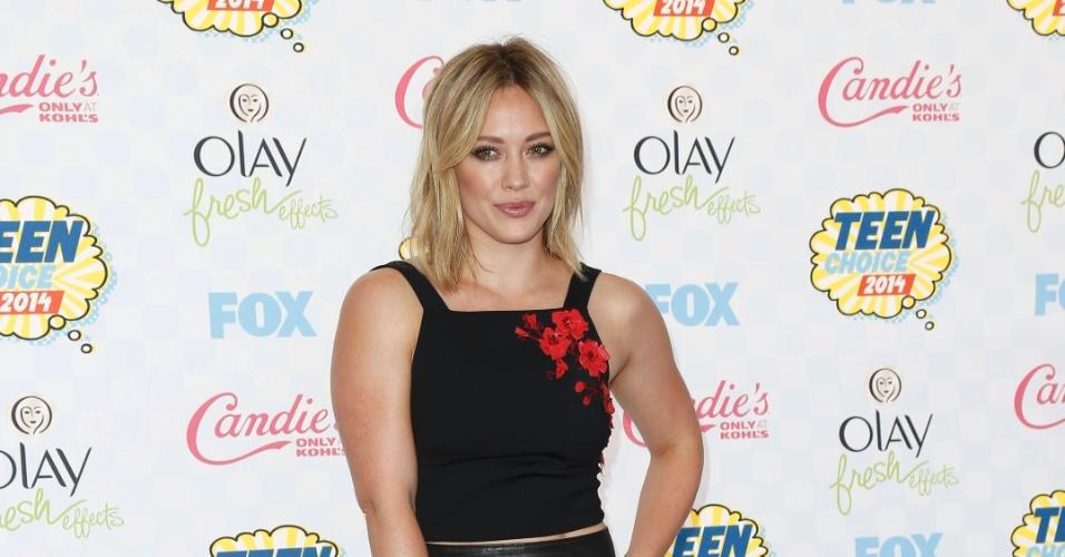 10.ago.2014 - Hilary Duff escolheu um look preto com flores em vermelho para ir ao Teen Choice Awards, em Los Angeles