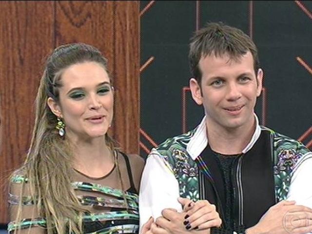 """10.ago.2014 - Juliana Paiva e o professor Saulo Rangel aguardam resultado da votação do primeiro dia de """"Dança dos Famosos"""" para as mulheres"""