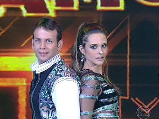 """10.ago.2014 - Juliana Paiva estreia no """"Dança dos Famosos"""" dançando música de Rihanna ao lado do bailarino Saulo Rangel."""