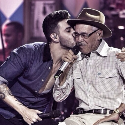 """10.ago.2014 - O cantor sertanejo Gusttavo Lima posta no Instagram uma foto sua beijando seu pai durante um show e diz """"Meu herói,simplesmente Alcino Landim de Lima, o cara!!!"""""""