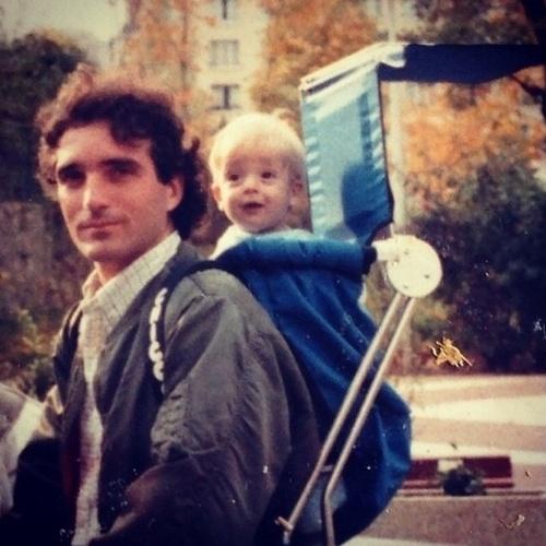 """10.ago.2014 - O escritor e humorista Gregório Duvivier fez uma homenagem a seu pai no Instagram, postando uma foto de quando era bebê. """"Viva o @edgarduvivier, antena da raça, gênio da praça, poeta do bronze, metalúrgico do sax, ao mesmo tempo dorian gray e príncipe feliz, e meu super-herói preferido, o famoso SPECTORMAN"""", escreveu"""