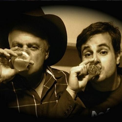 """10.ago.2014 - O humorista Vesgo posta uma foto com seu pai em homenagem ao Dia dos Pais e diz """"comemore todos os dias a existência do seu amigo, do seu companheiro, simplesmente: pai"""""""