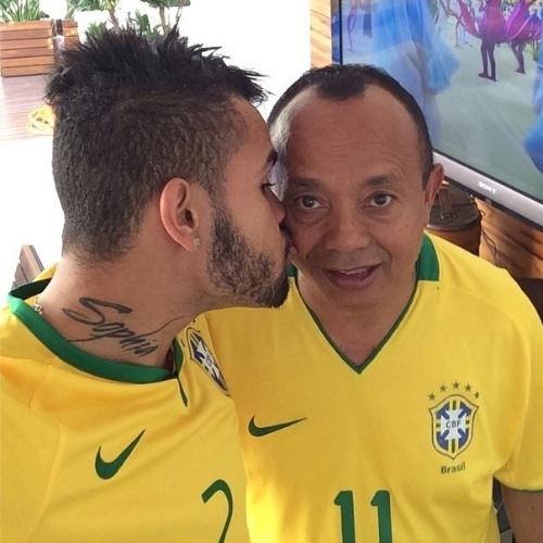 """10.ago.2014 - O jogador Dentinho também faz uma homenagem a seu pai neste Dia dos Pais postando uma foto no Instagram e diz """"Feliz dia dos pais meu Herói !! Te amoo muitoooo!! #MelhorPaidomundo"""""""