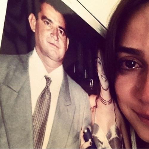 """10.ago.2014 - Thaila Ayala posou com uma foto do pai, que morreu quando ela era adolescente, para homenageá-lo no Dia dos Pais. """"Saudade define ! Meu grande anjo da guarda , obrigada por tudo ! #felizdiadospais"""", escreveu."""