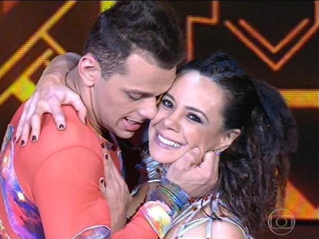 """10.ago.2014 - Vanessa Gerbelli dança o baladão com Deny Ronaldo na estreia do """"Dança dos Famosos"""""""