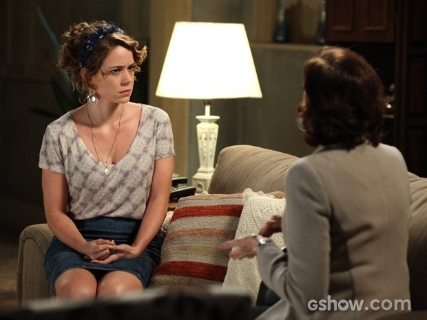 Cristina (Leandra Leal) fica desconfiada a receber a oferta de dinheiro de Maria Marta (Lilia Cabral)