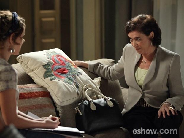Cristina (Lilia Cabral) vai até a casa de Cristina (Leandra Leal) e oferece dinheiro.