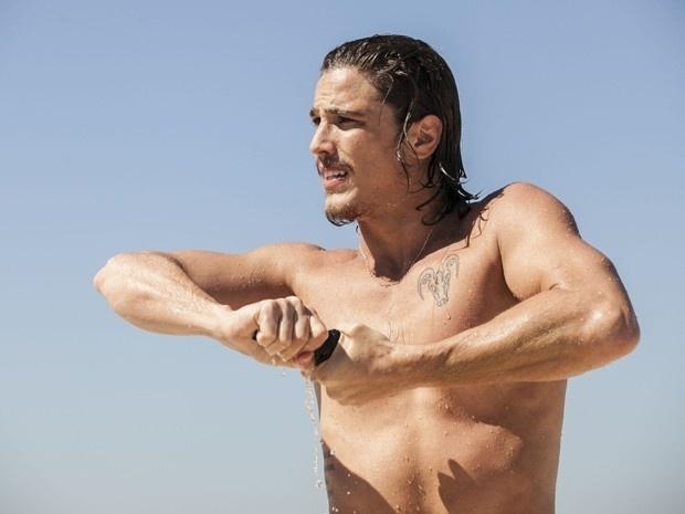Robertão (Rômulo Neto) toma banho de mar só de cueca
