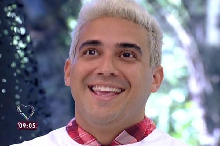 11.ago.2014 - André Marques diz que se inspirou no Louro José para tingir os cabelos de loiro na estreia do